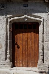 Maison à pans de bois, détail de la porte en accolade armoriée. Parthenay, 14, rue du faubourg Saint-Jacques.