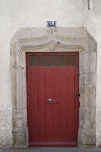 Porte en accolade ornée d'un écusson. Parthenay, maison au 13, rue du faubourg Saint-Jacques.
