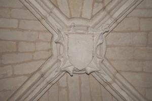 Chasseneuil-du-Poitou, église Saint-Clément, clef de voûte armoriée de la chapelle seigneuriale.