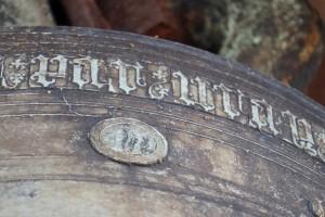 Cloche de 1454, détail du sceau à contrats de Arthur de Richemont. Parthenay, Tour de la Citadelle.