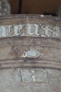 Cloche de 1454, détail du sceau de Arthur de Richemont. Parthenay, Tour de la Citadelle.