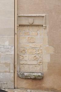 Porte murée avec linteau armorié. Chasseneuil-du-Poitou, église Saint-Clément.
