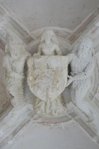Saint-Jouin-de-Marnes, cloître de l'abbaye, galerie sud, armoirie d'Amboise tenue par deux hommes sauvages et une figure féminine.