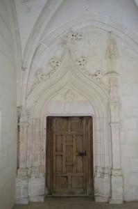 Saint-Jouin-de-Marnes, cloitre de l'abbaye, gallerie sud, portail du transept nord, avec écusson aux armes de l'abbé Pierre d'Amboise.