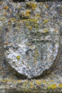 Armoirie de Pierre d'Amboise. Vouneuil-sur-Vienne, prieuré de Savigny, portail de la chapelle.