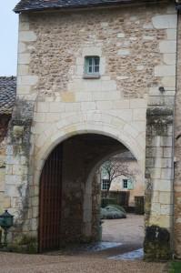 Vouneuil-sur-Vienne, prieuré de Savigny, poterne d'entrée, avec contreforts ornés d'écussons.