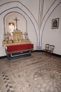 Bourg-Archambault, château, logis, chapelle avec sol à carreaux émaillés.