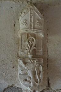 Cheminée aux armes de Pierre de Sacierge. Bourg-Archambault, château, châtelet d'entrée, Ier étage, pièce centrale (armoirie 3)