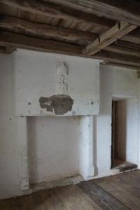 Cheminée aux armes de Pierre de Sacierge. Bourg-Archambault, château, châtelet d'entrée, Ier étage, pièce ouest.