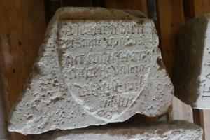 Écusson avec inscription de fondation. Poitiers, Musée Sainte-Croix (de Parthenay, chapelle Saint-Nicolas).