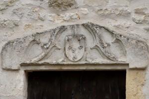 Linteau aux armes des Chevalier. Pamproux, prieuré Saint-Maixent.