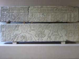 Plate-tombe de Jean Morinault et de son épouse (Anne de Chambon ?). Poitiers, Musée Sainte-Croix (de l'église Saint-Etienne).