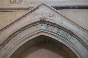Enfeu armorié, détail de l'arcosolium. Vivonne, église Saint-Georges, bras nord du transept.