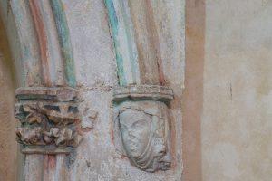 Enfeu armorié, détail d'une console sculptée en forme de tête feminine. Vivonne, église Saint-Georges, bras nord du transept.