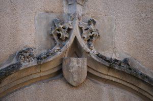 Armoirie Royrand. Poitiers, Hôtel Royrand, détail de l'ancien portail d'entrée.