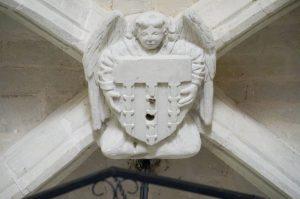 Clef de voute à l'ange tenant un écu aux armes de Marconnay. Colombiers, église Notre-Dame