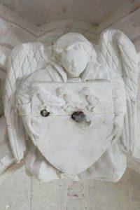 Clef de voûte à l'ange tenant un écu aux armes des Colombiers. Colombiers, église Notre-Dame.