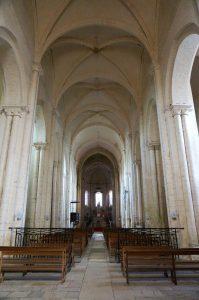 Eglise Notre-Dame-et-Saint-Junien, Lusignan. Vue de la nef avec clefs de voûte armoriées