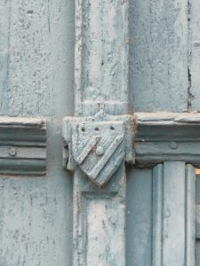 Hôtel particulier, Poitiers, 5 rue Gambetta. Détail de l'écus cloué au portail d'entrée.