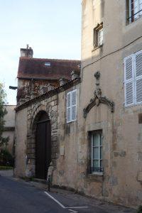 Poitiers, Hôtel Royrand, mur pignon est et portails d'entrée.