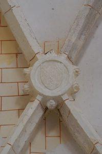 Asnois, église Saint-Hilaire, voûte de l'abside du collatéral nord, détail de la clef armoriée.
