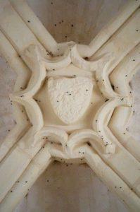 Clef de voûte ornée d'un écu bûché. Eglise Saint-Denis, Jaunay-Clan, IIème travée.