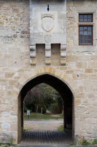 Fontaine-le-Comte, abbaye Notre-Dame, portail d'entrée avec bretèche armoriée.