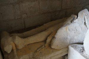 Gisant d'un homme en armure. Prieuré fontevriste de Guesnes, chapelle funéraire.