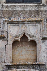 Niche inscrite et armoriée. Fontaine-le-Comte, abbaye Notre-Dame, façade.