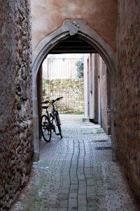 Poitiers, 2 rue A. de la Mauvinière, maison de particulier, portail armorié.