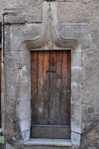 Porte inscrite et armoriée. Poitiers, maison 6, rue saint-Fortunat.