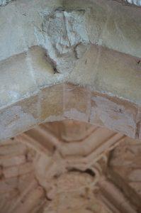 Prieuré fontevriste de Guesnes, chapelle latérale, arcade d'entrée et clef de voûte aux armes d'Anne d'Orléans.