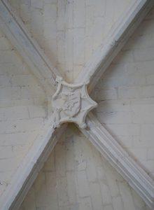 Prinçay, église Saint-Gervais-et-Saint-Protais, voûte de la chapelle seigneuriale avec écu aux armes des Tiercelin (?).