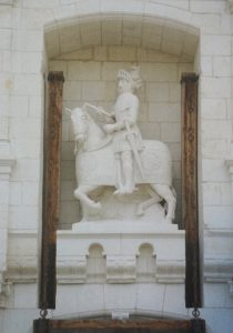 Statue équestre de Charles Tiercelin. Château de la Roche-du-Maine, châtelet d'entrée (après restauration).