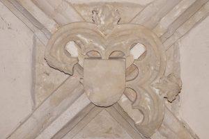 Curzay-sur-Vonne, église Saint-Martin, nef (IIIème travée), clef de voûte sculptée et armoriée.
