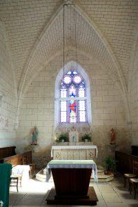 La Chapelle-Baton, église Saint-Pierre ès liens, intérieur, chieur avec éléments héraldisés.