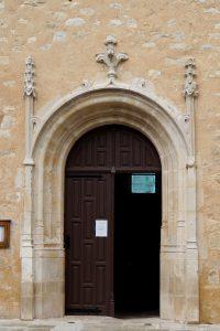 La Chapelle-Bâton, église Saint-Pierre ès liens, portail d'entrée.