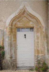 Mauprevoir, château de la Rude-Paille, porte d'entré de la tourelle du logis.
