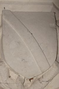 Écu aux armes des Lavrault. Naintré, église Saint-Vincent, chapelle latérale est.