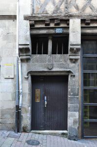 Poitiers, maison en pan de bois (22, rue de la chaîne), porte d'entrée armoriée.