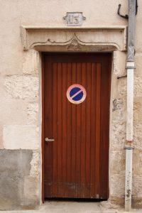 Porte armoriée. Poitiers, 13, rue des 4 roues, maison de particulier.