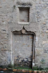 Porte armoriée. Poitiers, rue Arsène Orillard.