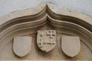 Armes de Pierre d'Aubusson accompagnées par deux écussons buchés. Saint-Georges-lès-Baillargeaux, l'Hopitau, portail de l'ancienne chapelle.