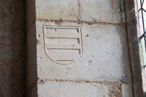 Armoirie gravée dans l'embrasure d'une fenêtre. Brux, Eglise Saint-Martin, chevet.