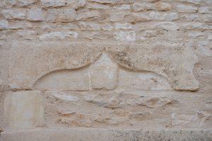 Linteau armorié remployé. Brux, Eglise Saint-Martin, sacristie.